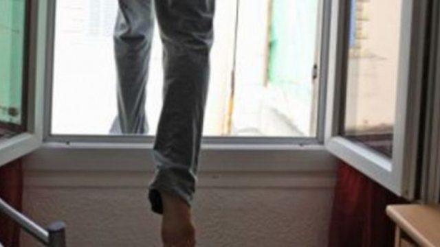 пенсионер выпал из окна