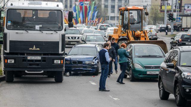 Крупное ДТП в Минске - столкнулись грузовик и три легковых автомобиля