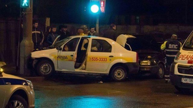 В Гомеле такси врезалось в столб- водитель и пассажир госпитализированы
