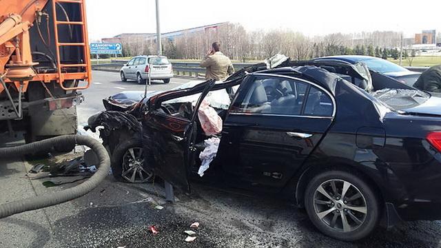 После ДТП на МКАД легковой автомобиль остался без крыши