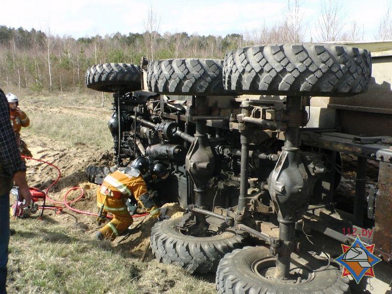 В Житковичском районе перевернулся лесовоз - водителя зажало в салоне