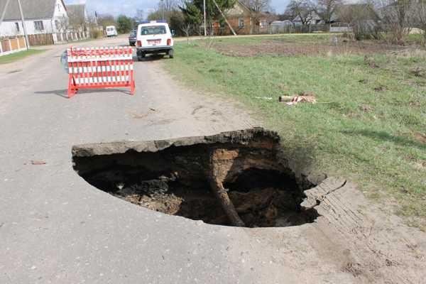 В Слониме провалился асфальт- в образовавшуюся яму упал автомобиль