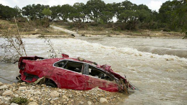 автомобиль в реке