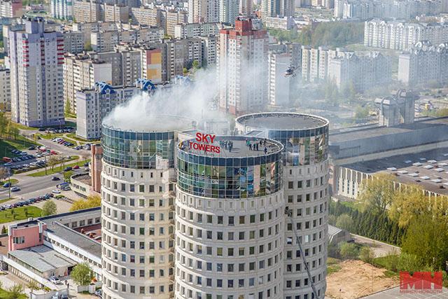 В Минске с крыши высотки с помощью вертолета спасали людей