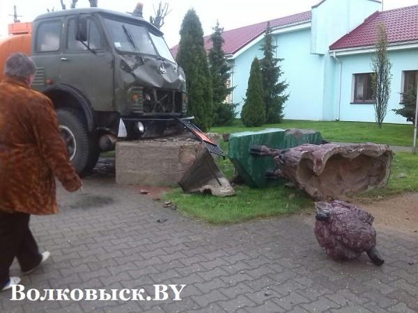 В Волковыске МАЗ с огнеопасным грузом врезался в скульптуру зубра