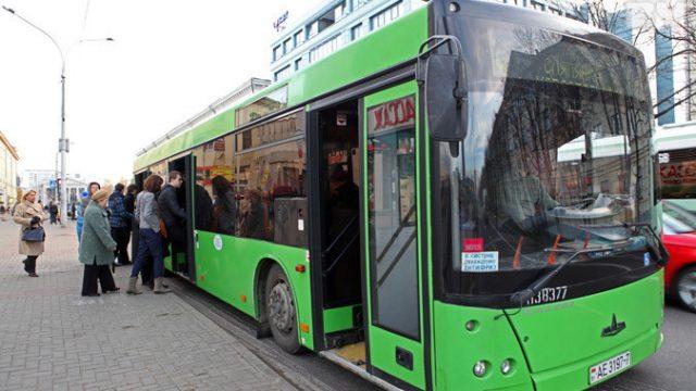 """В Могилеве около торгового центра """"Гиппо"""" из автобуса выпала 8-ми летняя девочка."""