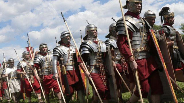 люди в костюмах римских солдат