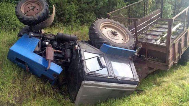 На трассе Минск-Гродно перевернулся трактор с прицепом
