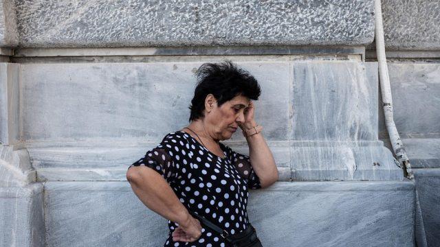 пенсионерка ожидает открытие банка