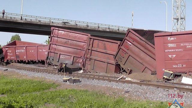 вагоны со щебнем сошли с рельсов