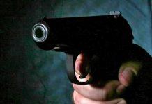 угрожать пистолетом