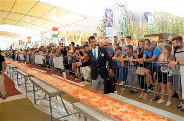 В Италии испекли самую длинную в мире пиццу