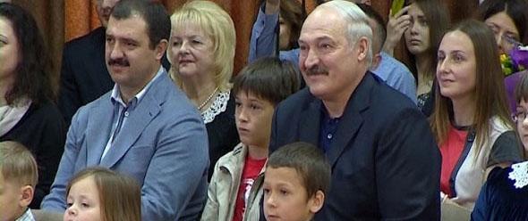 Александр Лукашенко посетил выпускной вечер сына - мальчик закончил 4-ый класс
