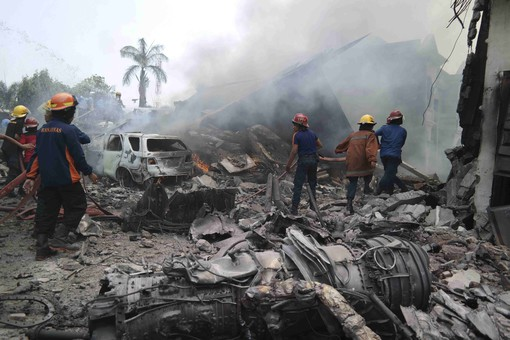 В Индонезии самолет упал на отель - все пассажиры погибли