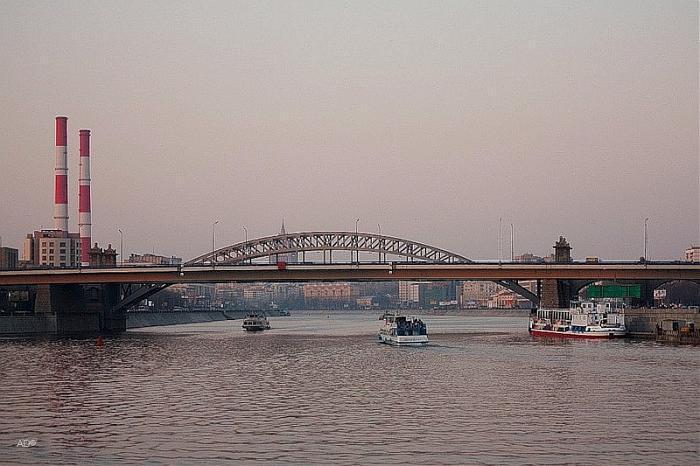 Пьяный белорус спрыгнул с Бережковского моста в Москве и утонул
