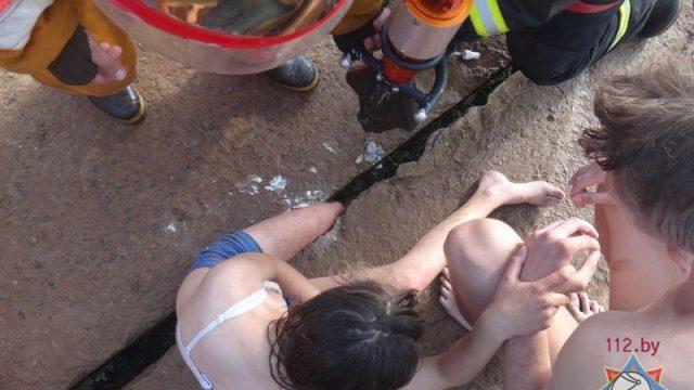 В Витебском районе девушка застряла ногой между бетонными плитами