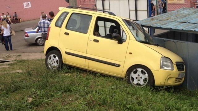 Инструктор на учебном автомобиле совершил ДТП возле МЭО ГАИ на ул.Семашко