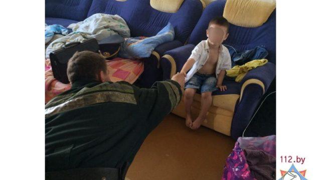 Ребенок на подоконнике