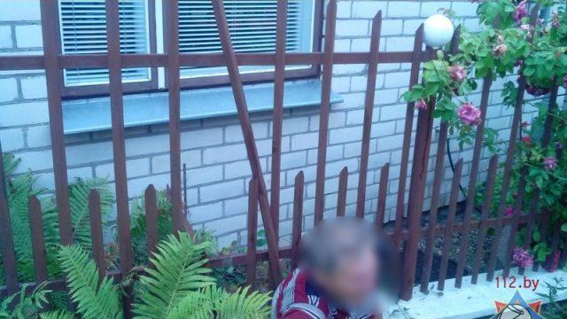 В Бресте мужчина застрял в металлическом заборе