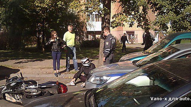 В Минске скрывавшийся от преследования мотоциклист врезался в автомобиль ГАИ
