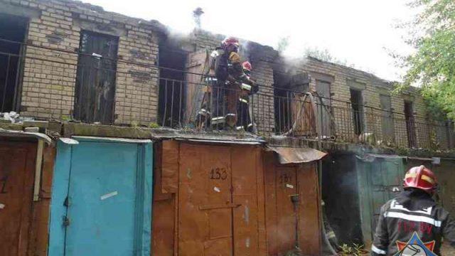 В Борисове из горящего сарая спасатели вынесли парня