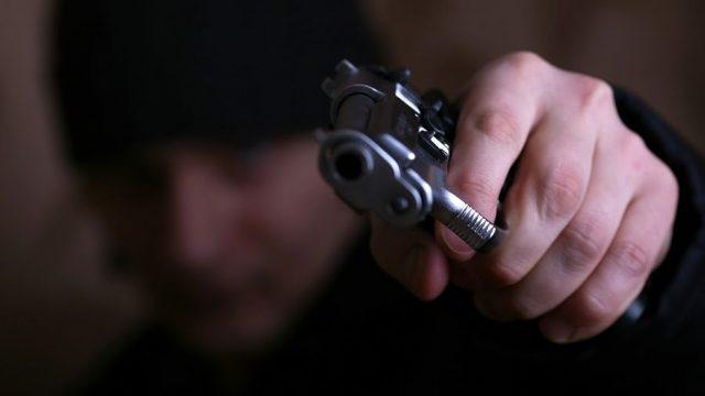В Минске мужчина, угрожая пистолетом, пытался похитить деньги из кассы магазина