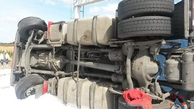 Под Барановичами опрокинулся грузовик с мясной продукцией