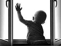В Мозыре 2-летний ребенок выпал из окна