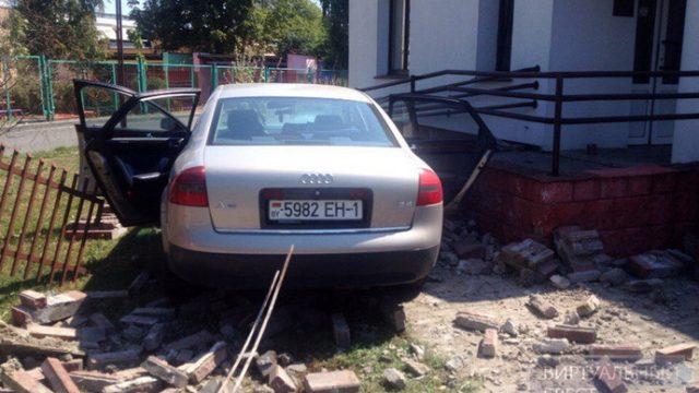 """В Бресте водитель """"Ауди"""" протаранил кирпичный забор"""