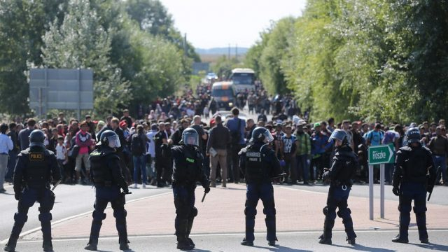 полицейский кардон и беженцы