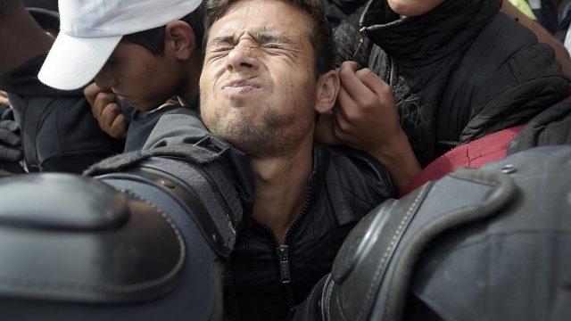 драка мигрантов с полицией