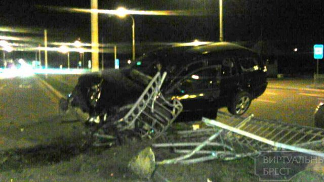 В Бресте пьяный водитель в попытке уйти от преследования ДПС врезался в заграждение