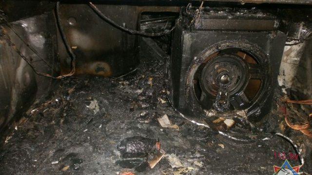 В Бресте пожарные спасли 3 автомобиля из горящего автосервиса