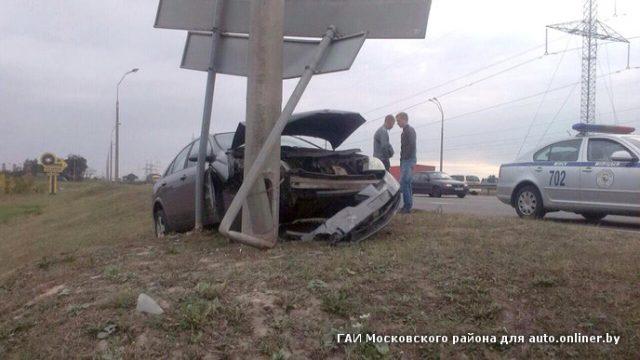 На МКАД водитель врезался в столб в попытке уйти от аварии с машиной дорожной службы