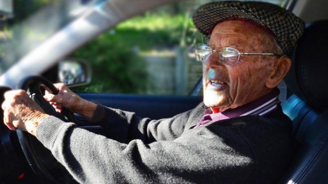 старик за рулём