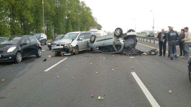 На МКАД образовалась пробка из-за перевернувшегося автомобиля