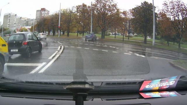 На площади Бангалор в Минске автомобиль врезался в столб