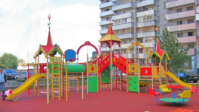В Минске с детских игровых площадок демонтируют бетонные конструкции.