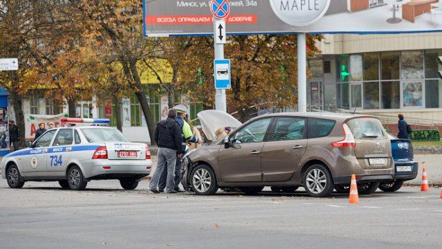 В центре Минска на перекрестке столкнулись три автомобиля