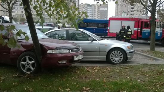 В Минске троллейбус врезался в припаркованные автомобили