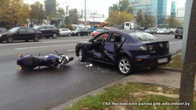 В Минске мотоциклист врезался в Mazda, заезжавшую на парковку