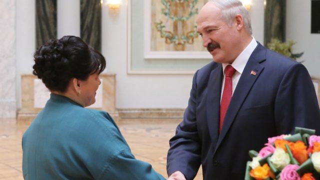 Александр Лукашенко поздравил белорусских женщин с Днем матери