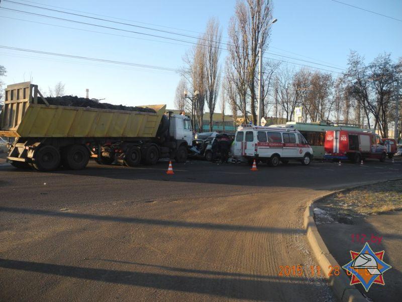 МЧС: ВГомеле столкнулись легковой автомобиль, фургон итроллейбус
