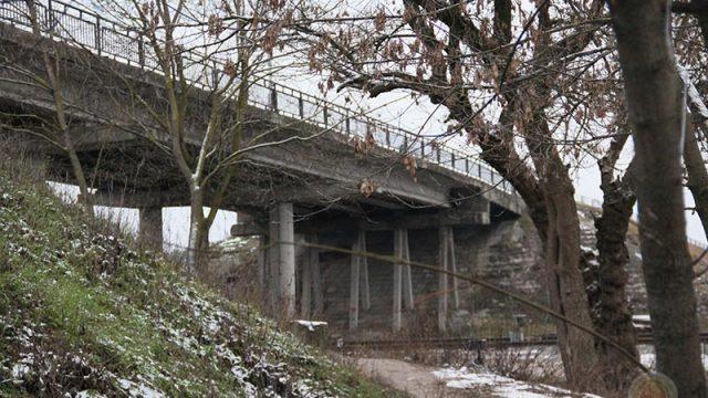 подросток спрыгнул с моста