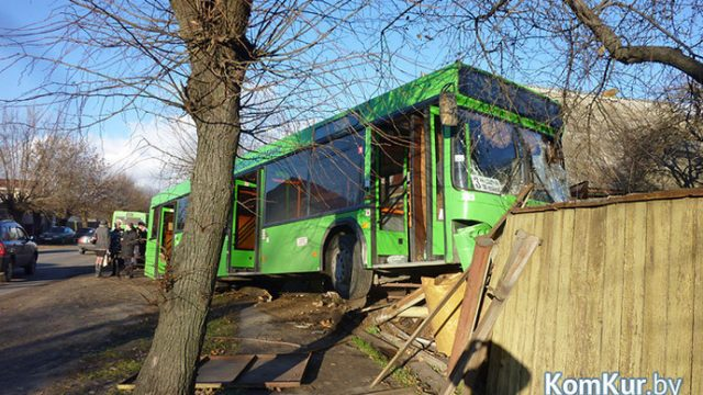 Автобус на заборе
