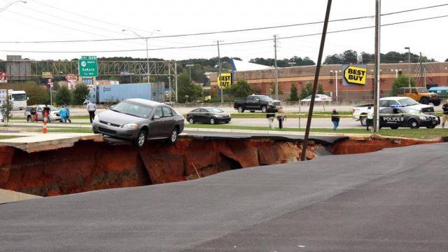 машины провалились под землю