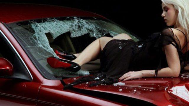 женщина на машине