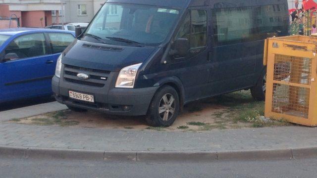 микроавтобус во дворе