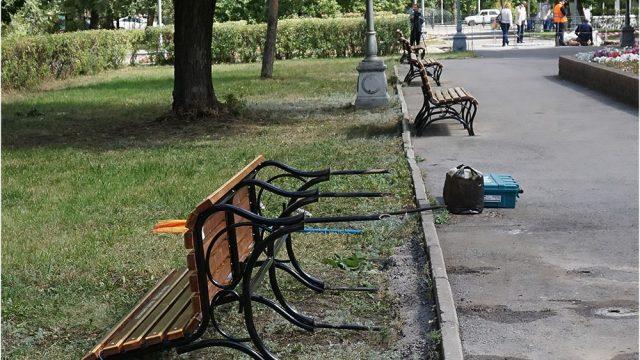 сломанные скамейки