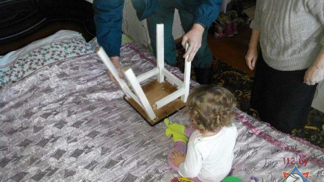 Ребенок в табуретке